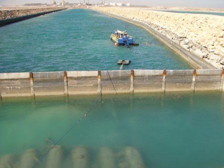Dragagem de lagoa de captação de água do mar na Arábia Saudita